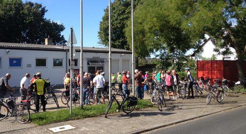 Um 11 Uhr sind 42 Teilnehmer am Treffpunkt zum Vereinsausflug 2014 in Rüsselsheim-Haßloch an der Feuerwehr