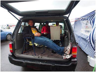 Warten auf die neue Startankündigung; trockenes und windgeschütztes Plätzchen im Auto.